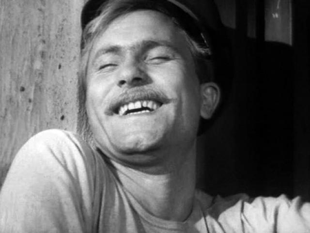 """В 1956 году состоялся дебют Шукшина в кино: в фильме С. Герасимова """"Тихий Дон"""" он сыграл в крошечном эпизоде - изобразил выглядывающего из-за плетня матроса."""