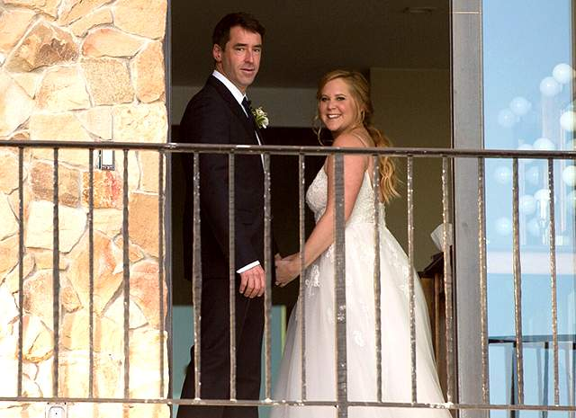 На фото виден дом, который молодожены арендовали в Малибу на берегу Тихого океана, а среди приглашенных гостей – голливудские звезды. Всего на мероприятии присутствовало около 80 гостей.