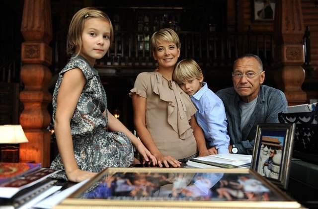 """Супруги делят не только совместный быт, но также бизнес и творчество: Юлия снялась нескольких фильмах мужа, а Андрей является совладельцем компании """"Едим дома!"""". Пара воспитывает двоих детей: дочь Марию и сына Петра."""