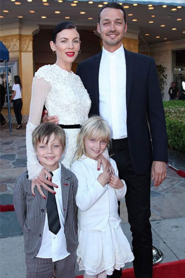 """Руперт Сандерс публично попросил прощения у своей жены, британской модели Либерти Росс: """"Я совершенно обезумел от боли, которую причинил моей семье. Моя красавица жена и чудесные дети- все, что у меня есть в этом мире. Я люблю их всем сердцем. Я молюсь о том, чтобы мы вместе смогли это пережить""""."""