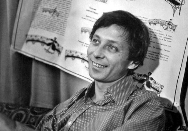 """Олег Даль скончался 3 марта 1981 года в гостиничном номере, во время творческой командировки в Киеве. По распространенной версии, сердечный приступ был спровоцирован употреблением спиртного, которое было противопоказано больному, """"зашитому"""" противоалкогольной капсулой. Вдова актера отрицает эту информацию."""