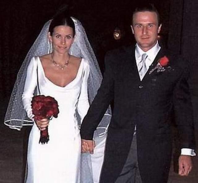 """Они поженились три года спустя, в 1999 году, и разошлись в 2010-м. Их развод был узаконен в 2013 году. До этого времен бывшая звезда """"Друзей"""" зашилась в титрах фильмов и сериалов как """"Кортни Кокс-Аркетт"""". У Аркетта и Кокс есть дочь."""