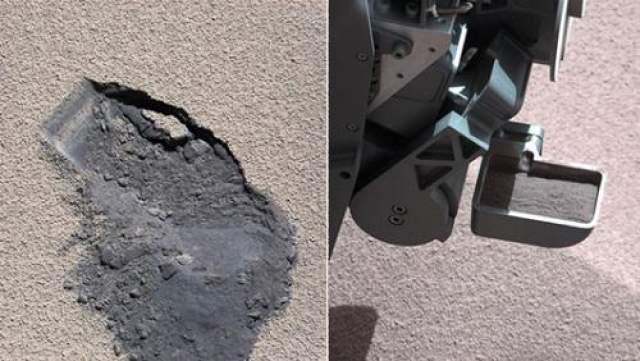 Труженик-марсоход Curiousity, продолжая свою деятельность на поверхности Красной планеты, зачерпнул своим совком грунт для исследования, 7 октября 2012 года.
