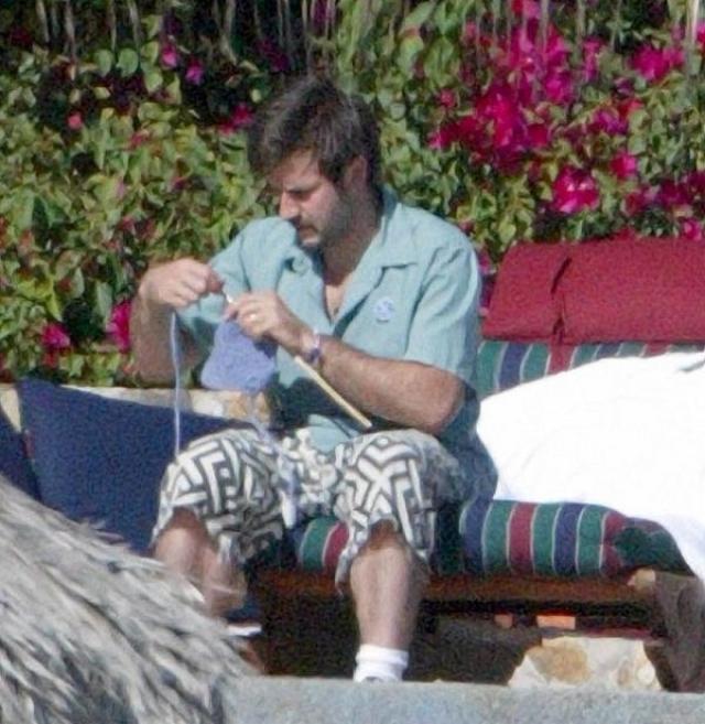 Американский актер, сценарист, режиссёр Дэвид Аркет , помимо того что ненадолго засветился в профессиональном реслинге, все свободное время посвящает вязанию.