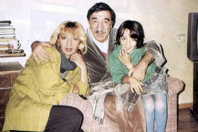 А старшая дочь пары, Нунэ Мкртчян (слева), погибла в ДТП, когда ей было 39 лет (по другим данным, скончалась после операции в 1998 году).