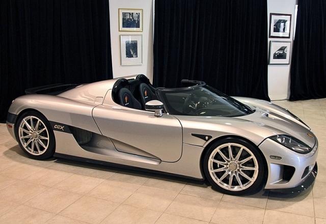 Koenigsegg Trevita - $2 100 000. Машина произведена с применением углепластикового волокна и бриллиантового покрытия. Автомобиль оснащен 4,8-литровым мотором, который работает на биоэтаноле. Произведено всего три экземпляра этого авто.