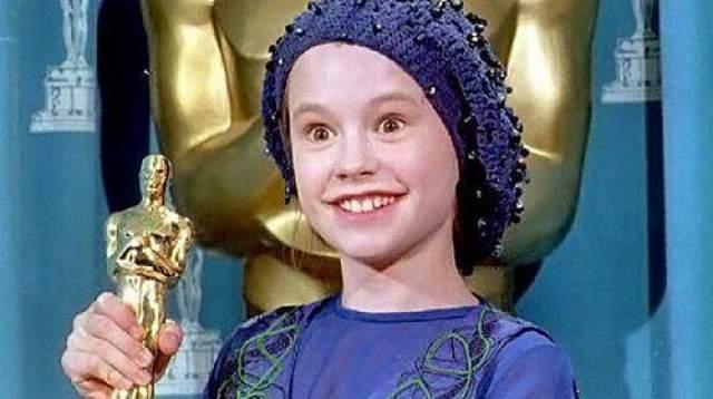 """Анне Пакуин было всего 11, когда ее наградили за роль в фильме """"Пианино"""" в 1994 году. На роль претендовало пять тысяч кандидаток, но Анна победила. Она вышла к микрофону и молча стояла, расширив глаза от волнения."""