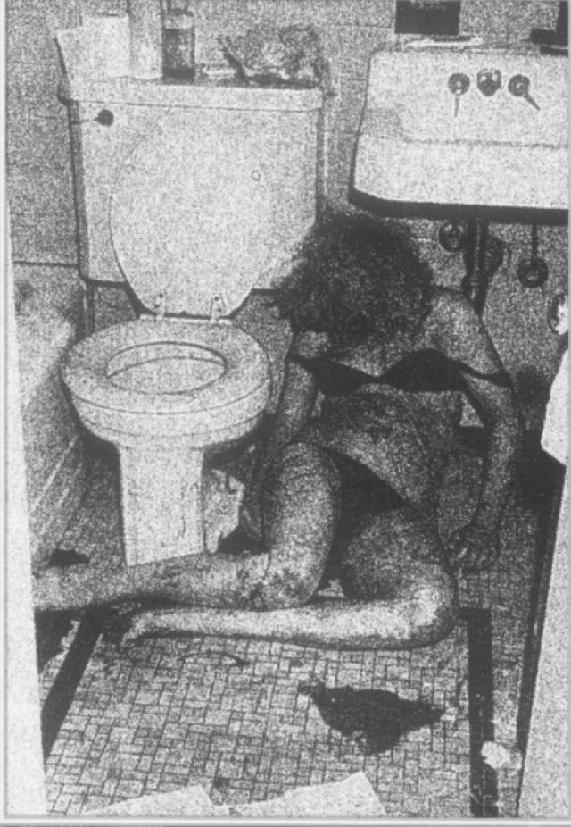 Получив дозы, Сид и Нэнси впали в забытье. Сид пришел в себя утром 12-го. Нэнси находилась в ванной: она была убита, судя по всему, его ножом.