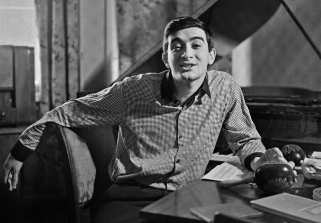 Полад Бюльбюль оглы. Полад стал пропагандистом азербайджанской культуры, гастролировал по СССР и многим странам мира. Он считается родоначальником нового направления на эстраде, соединяющего национальные традиции в музыке с современными ритмами.