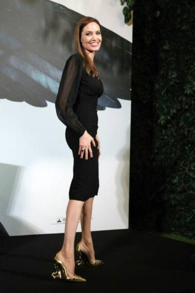 Также известно, что Джоли частенько сидит на чайной диете – пьет только несладкий черный чай или 1,5 – 2 литра бульона из морских водорослей.