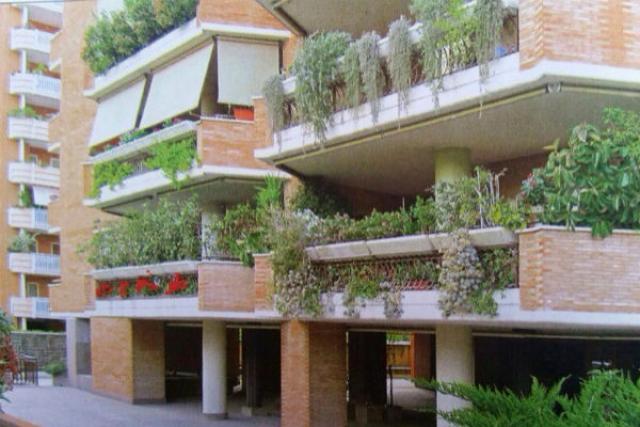 """""""Кстати, мы с родителями начали строить дом под Римом. Надеюсь, в конце 2016 года наша вилла будет готова. Я долго присматривалась, какой район мне больше по душе. Выбрала юг, который утопает в зелени. Природа там восхитительная: сосны, апельсиновые и мандариновые деревья, круглогодично растут цветы. Это фантастика!"""" - поделилась актриса."""