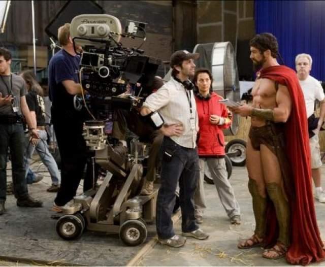 300 спартанцев Режиссер Зак Снайдер изящно выглядит рядом с царем Леонидом.