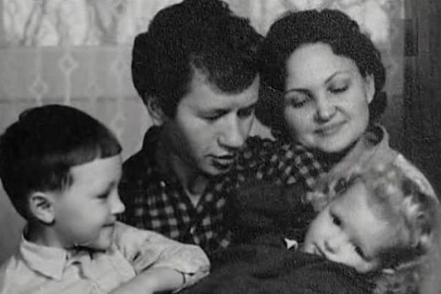 Леонид Быков с женой и детьми.