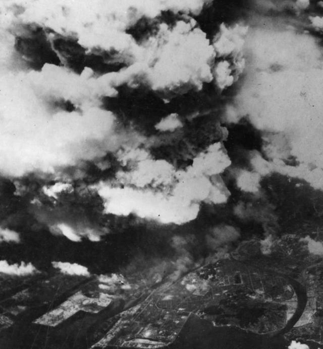 Один из двух американских бомбардировщиков сделал это фото вскоре после 8:15, 5 августа 1945 года. К этому моменту огненный шар диаметром 370 м уже вспыхнул, и взрывная волна быстро рассеивалась, уничтожая людей и город в радиусе 3,2 км.
