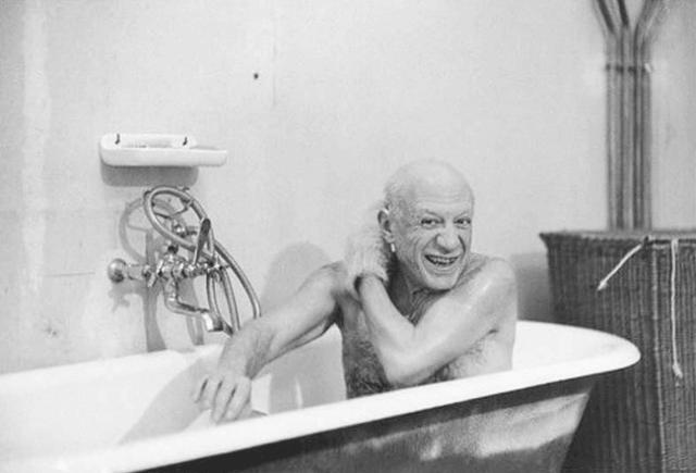 Пабло Пикассо в ванне