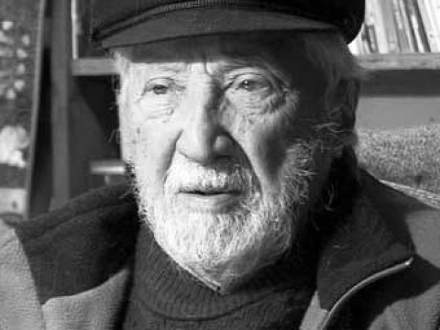"""Корвалан вместе с семьей проживал в Сантьяго. В 1995 году вышла его книга """"Крушение советской власти"""". Несмотря на крах социалистической системы в СССР, продолжал придерживаться коммунистических взглядов и продолжает бороться за социализм в Чили. В 2010 году скончался в возрасте 93 лет."""