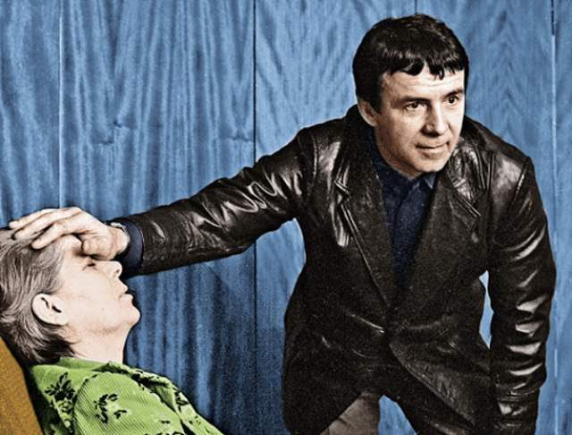 """Кашпировский лечил у детей недержание, его теледействия рассасывали опухоли и исцеляли от любых травм. Грозное """"Даю установку!"""" Кашпировского помнит чуть ли не каждый советский человек."""