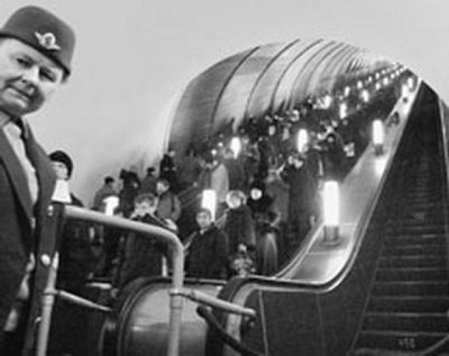 Двух минут хватило, чтобы около 100 человек скатилось вниз. Многие скончались в результате давки на нижней площадке эскалатора. Точное количество жертв - 8 погибших и 30 раненых - было оглашено только 9 месяцев спустя, на заседании Верховного Суда РСФСР.