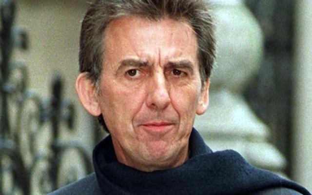 Джордж Харрисон (58 лет). Легендарный гитарист The Beatles узнал, что у него рак легких в августе 1997 года. В том же году ему удалили раковую опухоль гортани и часть легкого, а в мае 2001 года у него обнаружили злокачественную опухоль мозга, которую оперировать было нельзя.
