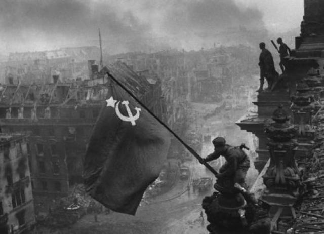 Фото водружения Знамени Победы над Рейхстагом облетело весь мир. Евгений Халдей, 1945 год.