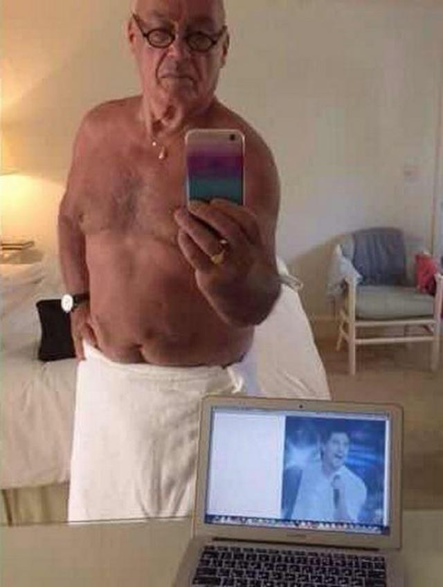 """Этот пост оценили редакторы """"Вечернего Урганта"""" и на странице шоу опубликовали своеобразный ответ Познера - фото, на котором 80-летний телеведущий также стоит в одном полотенце перед экраном ноутбука с изображением певца."""
