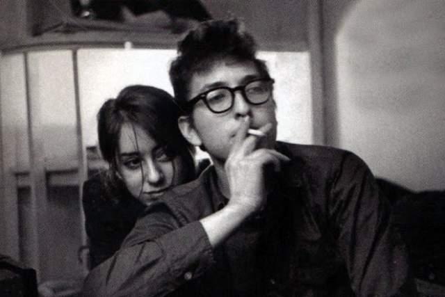 Боб Дилан Первой взрослой любовью музыканта стала талантливая художница по имени Сьюз Ротоло. Молодые люди встретились в 1961-м. К сожалению, эти отношения распались: девушке оказалось недостаточно внимания одного возлюбленного. Вскоре после расставания Сьюз переехала в Италию.