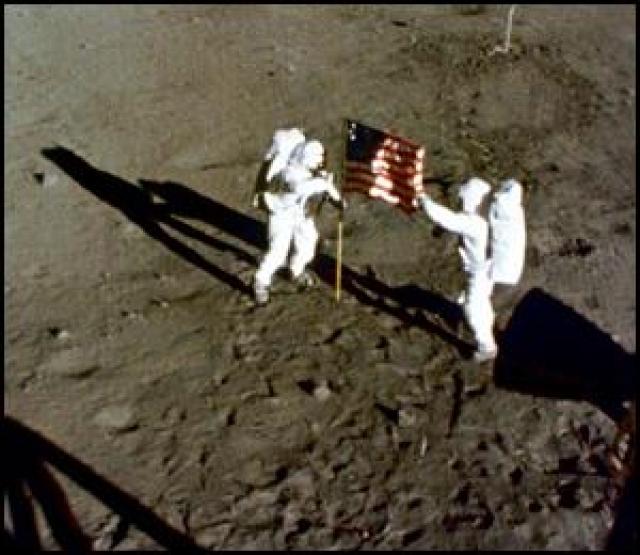 Астронавтам не удалось раздвинуть телескопическую трубку горизонтальной перекладины на полную длину. Из-за этого на полотнище осталась рябь, которая создавала иллюзию развевающегося на ветру флага.