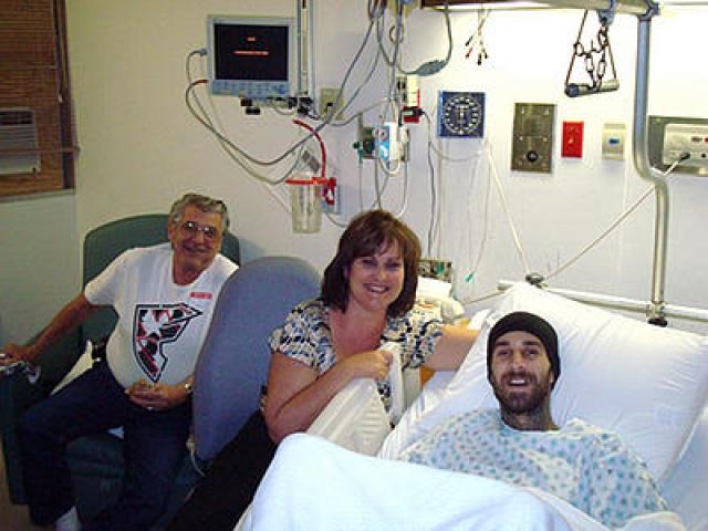 """Трэвис Баркер. Барабанщик группы """"blink-182"""" в 2008 году пережил авиакатастрофу, унесшую жизни 4 человек. Самолет, в котором он находился, сошел со взлетной полосы и загорелся."""