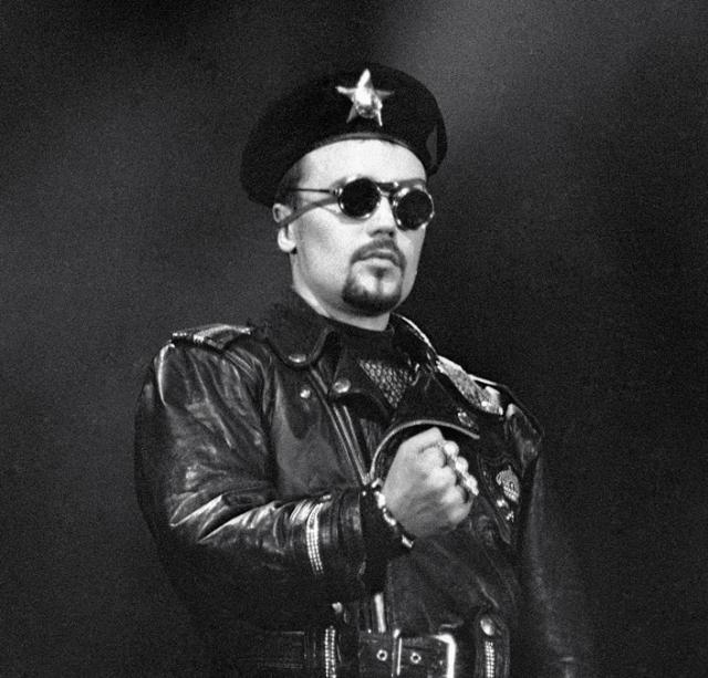 Богдан Титомир. Родившись в семье простых инженеров, Богдан уже в раннем детстве знал, что посвятит себя музыке. И он стал первым известным российским исполнителем в стиле хип-хоп.