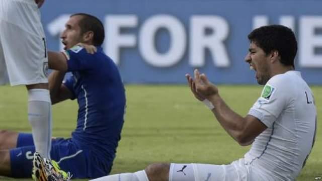 Инцидент, приведший к дисквалификации, произошел 24 июня: на 78-й минуте встречи со сборной Италии (1:0) нападающий во время борьбы за позицию в штрафной укусил итальянского защитника за плечо, а тот в ответ отмахнулся и попал локтем уругвайцу в лицу. Кьеллини сразу же показал судье след от укуса, но арбитр оставил действие лучшего игрока чемпионата Англии-2013/14 без наказания.