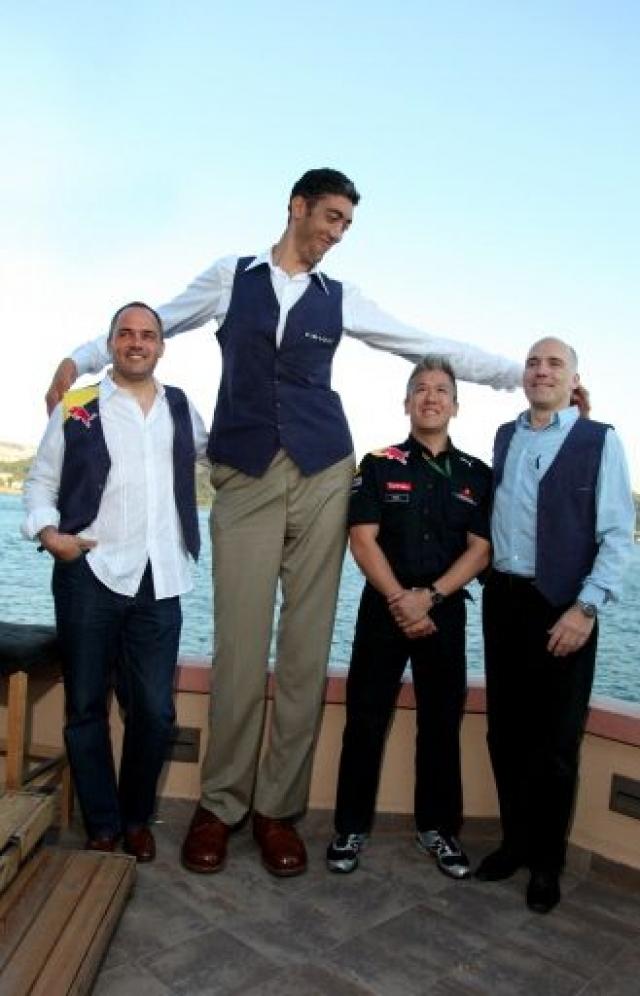 В настоящее время самый высокий человек в мире Султан Кесен - турецкий фермер, Согласно Книге рекордов Гиннесса. Его рост составляет 251 см.