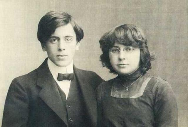 Марина Цветаева. Поэтесса В 1911 году Цветаева познакомилась со своим будущим мужем Сергеем Эфроном, а в январе 1912 года - вышла за него замуж.