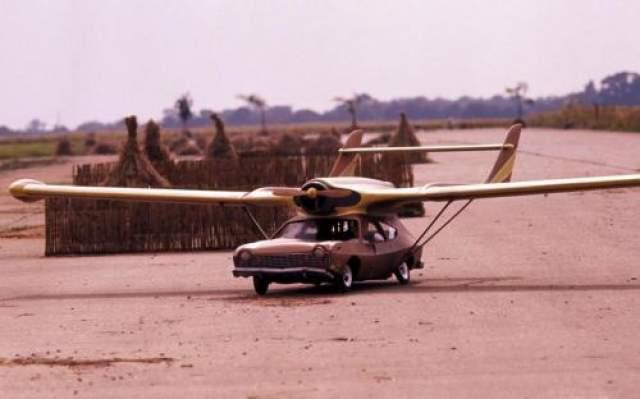 """Летающий автомобиль В финале """"Человек с золотым пистолетом"""" 1974 года злодей Франциско Скараманга пытается скрыться от Бонда на летающем автомобиле."""