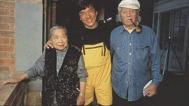 Джеки Чан с родителями. Любопытно, что когда Джеки был младенцем, мать и отец пытались продать его акушеру .