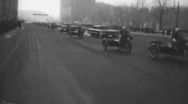 В проезде у Боровицких ворот он увидел милицейское оцепление и встал наугад между милиционерами, удачно попав между двумя отделениями. Все решили, что странный сержант из соседнего отделения.