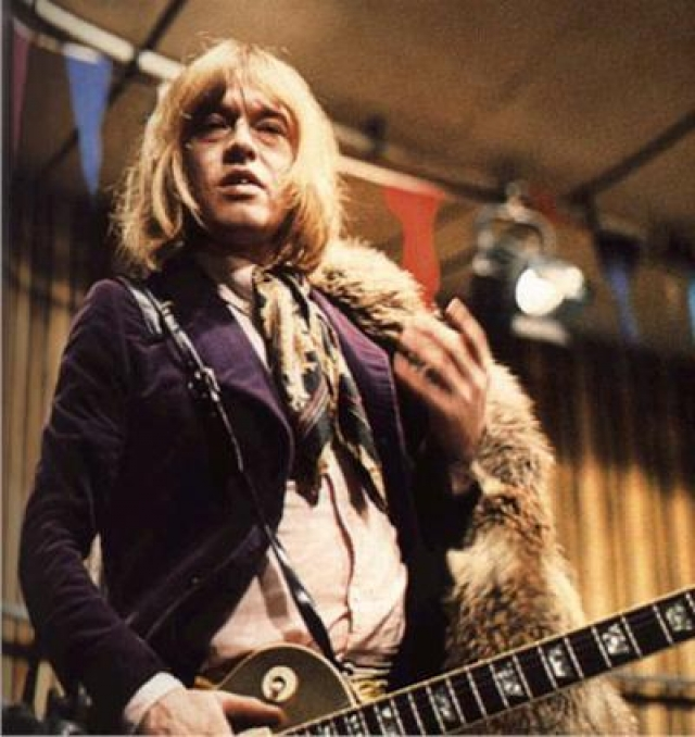 """Брайн Джонс. 3 июля 1969 года, гитарист и бэк-вокалист британской рок-группы The Rolling Stones был обнаружен на дне бассейна в своем поместье в Хартфилде. По заключению врачей, причиной смерти стала """"смерть по неосторожности"""", а сердце и печень погибшего были деформированы в результате злоупотребления алкоголем и наркотиками."""