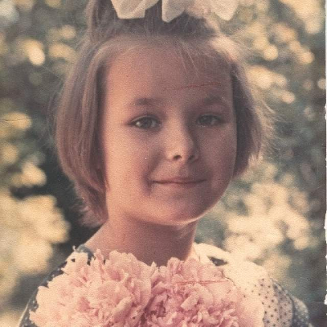 """Оксана Федорова, 40 лет. Бывшая """"Мисс Вселенная"""" и известная телеведущая в детстве постоянно терпела издевательства товарищей. Из-за высокого роста (178 см) одноклассники дразнили ее """"большой птицей""""."""
