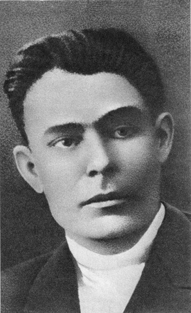 Леонид Брежнев родился в 1906 году на Украине в городе Каменском. В 1923 году он вступил в комсомол. Там будущий генсек получил профессии землеустроителя и инженера, после чего увлекся партийной работой.
