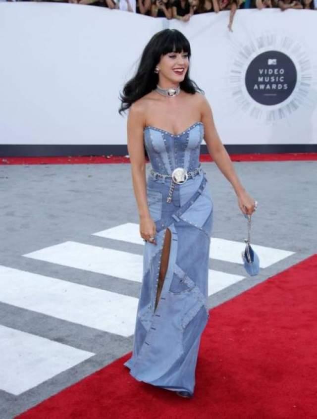 Королева хит-парадов Кэти Пэрри вдохновлялась джинсовым платьем поп-принцессы Бритни Спирс, явившейся в похожем наяде на American Music Awards в далеком 2001 году. Однако это не отменяет тот факт, что наяд Кэти авторства Atelier Versace просто ужасен.