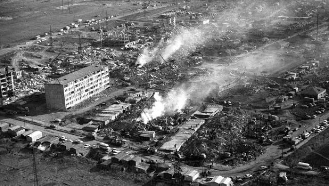 В 11:40 города и села вздрогнули от мощных подземных толчков, которые буквально подбросили дома в воздух. По воспоминаниям очевидцев земля как будто пыталась сбросить их со своей поверхности.