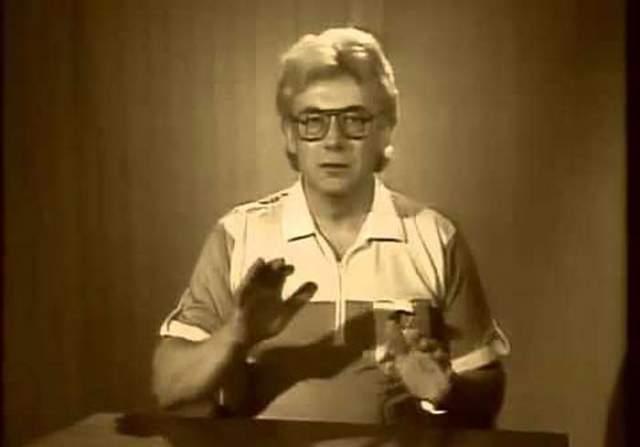 """В 1989 году его пригласили на ТВ. С телеэкрана Чумак еженедельно проводил """"исцеляющие сеансы"""", во время которых """"заряжал"""" воду, различные кремы и другие субстанции."""