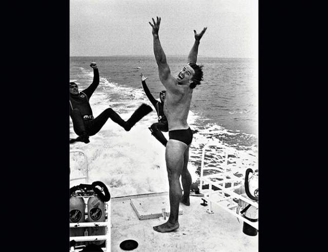 Арнольд в Каннах шутит над персоналом яхты, 1977 год.