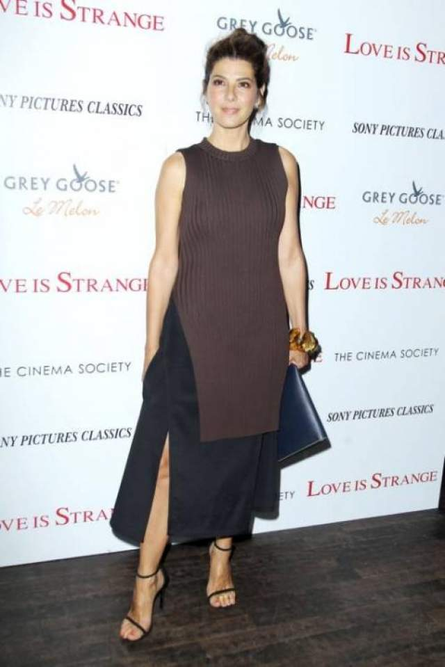 Известная актриса Марисса Томей вышла в свет в странном ансамбле, состоявшем из длинного вязанного топа и юбки до щиколоток.