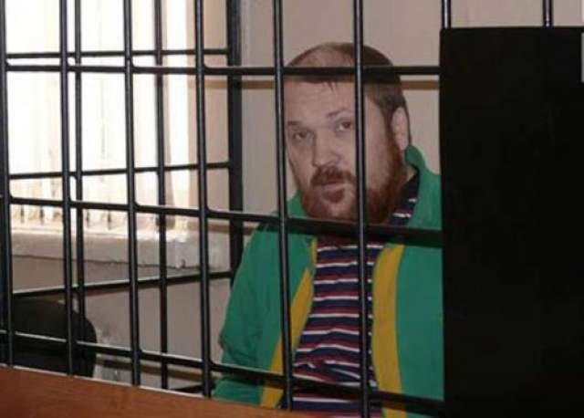 Последний раз его арестовали за грабеж, разбой, вымогательство с применением насилия и умышленное причинение тяжкого вреда здоровья.