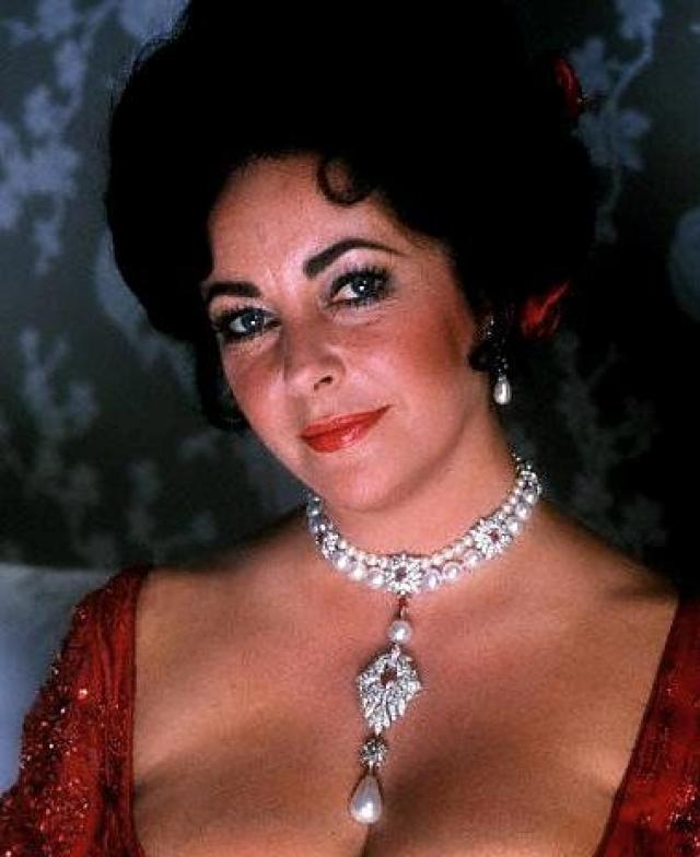 В качестве свадебного подарка Бертон подарил Тейлор Перегрину - жемчужное ожерелье стоимостью $40 000 ($202 000 по нынешнему курсу). Оно было украшено одной из самых известных жемчужин в мире.