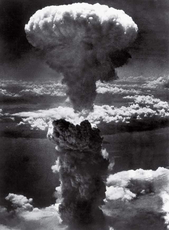 Ядерный гриб над Нагасаки, лейтенант Чарльз Леви, 1945. Снимок сделан с одного из В-29, участвовавших в миссии. После публикации данной фотографии никто не обсуждал и не осуждал действия армии США. Воцарилась уверенность перехода в новый атомный век, а также вера в то, что история пишется победителями.