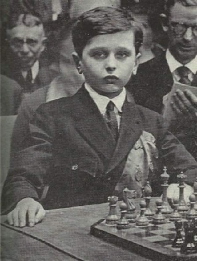 В 1920 году его родители переехали в США и решили зарабатывать на таланте сына. Решевский гастролировал по Америке, давал сеансы одновременной игры и неизменно побеждал взрослых соперников. В 1922 году одиннадцатилетний Решевский принял участие в нью-йорксоком шахматном турнире взрослых мастеров, где занял второе место из шести.