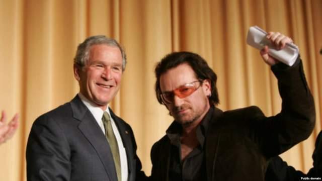 Боно (U2) и Джордж Буш. На этой встрече в 2005 году Боно учил американского тогда еще лидера, как бороться с бедностью и малярией.