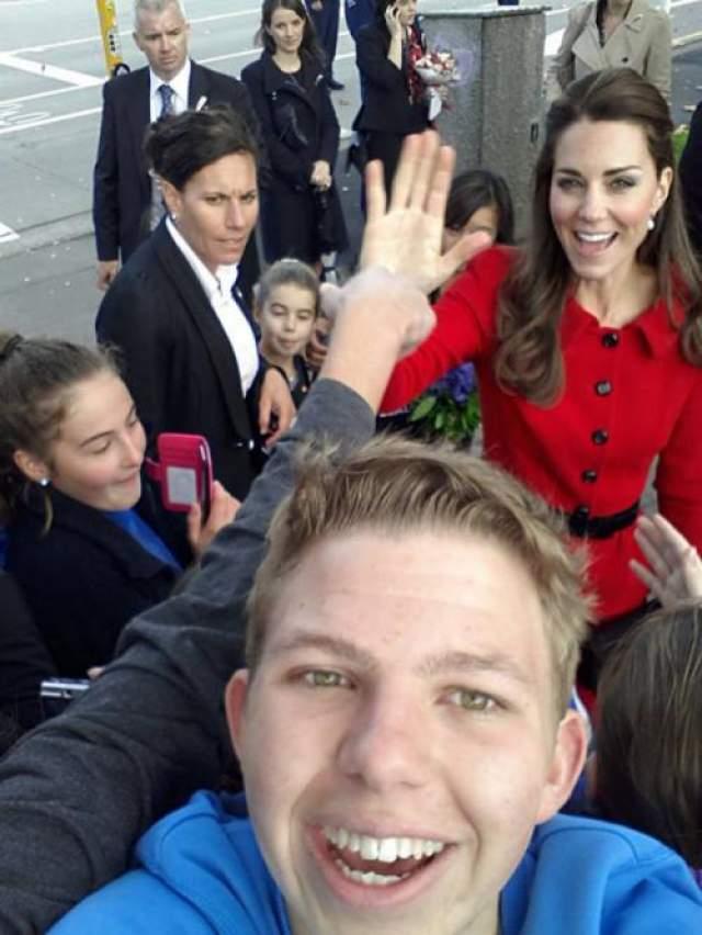 """Незадолго до бабушки подобный фокус уже проделывала герцогиня Кембриджская. Селфи некого австралийского тинейджера стало мегапопулярным в интернете. А все благодаря фотобомбе с дающей """"пять"""" Кейт Миддлтон."""