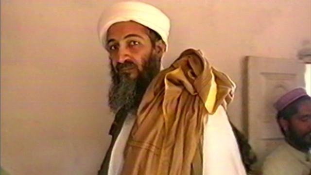 """SEAL столкнулись с бен Ладеном на втором или третьем этаже главного здания. Бен Ладен был """"одет в местную свободную рубаху и штаны, известные как курта-пижама"""", в которых позже обнаружили 500 евро и два телефонных номера, зашитых в одежду."""